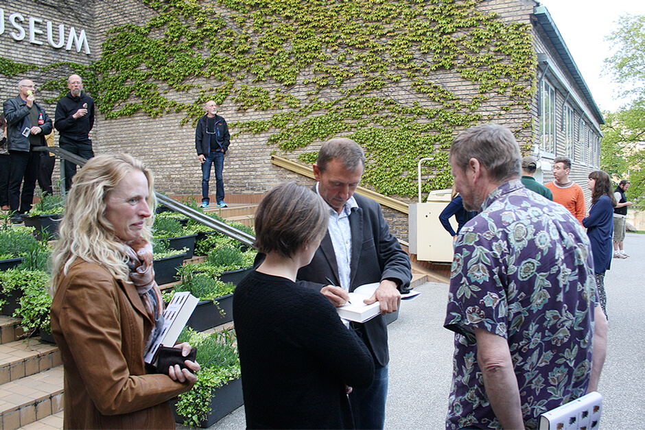 "Dave Goulson signerer ""Humlen ved det hele"" på Naturhistorisk Museum i Aarhus"