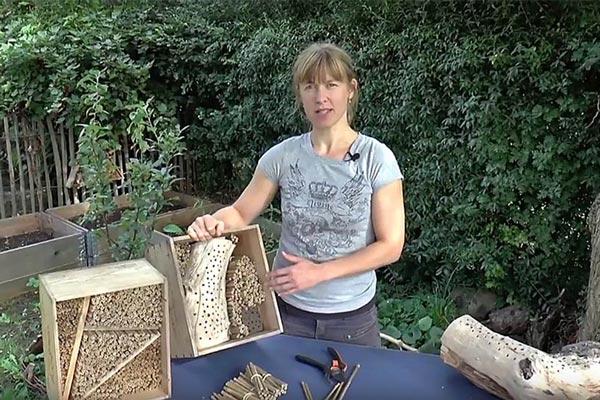 Rikke Milbak viser, hvordan du kan indrette en vinkasse til god bolig til havens bier. Foto: © Morten Linnemann
